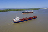 Louisiana, USA: Ships on the Mississippi River. Liberian oil chemical tanker Tintomara sailing towards the Gulf of Mexico, while the Greek bulk carrier Doric Victory heads towards New Orleans - Jim West - 14-09-2017