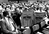 Fraternal message from BFAWU delegates 1986 TUC, Brighton: Don't Let The Barstards Grind You Down. Joe Marino (L) - Stefano Cagnoni - 01-09-1986