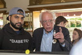 Ontario Canada: Medicare For All campaign Bernie Sanders with an American who traveled to Canada to buy insulin, where the cost is much less than in the USA. Sanders organized the bus trip across the... - Jim West - 28-07-2019
