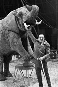 Jimmy Chipperfield and Indian Elephant, Chipperfields Circus, London 1979 - Peter Arkell - 08-11-1979