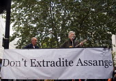 Roger Waters of Pink Floyd (R) and Andy Fairweather Low (L) performing Wish You Were Here outside the Home Office in support of the imprisoned WikiLeaks journalist Julian Assange - Stefano Cagnoni - 02-09-2019