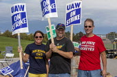 Indiana, USA: UAW workers on strike against GM picketing the Fort Wayne Assembly plant during their strike against General Motors. The main issues in the strike include factory closures, wages and the... - Jim West - 28-09-2019