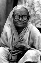 Woman begging. Calcutta, India. 1981 - Masanori Kobayashi - 03-08-1981