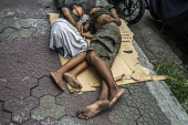 Manila, Philippines: homeless sleeping on cardboard in the street - David Bacon - 27-09-2019
