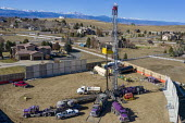 Broomfield, Colorado, USA Oil drilling rig next to homes in a suburb of Denver - Jim West - 14-09-2017