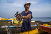 Camiguin, Philippines, Fishermen sorting their catch and mending nets - David Bacon - 19-09-2019