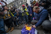 Burning the EU Flag, Brexit Day, Westminster, London. - Jess Hurd - 2020,2020s,activist,activists,against,Brexit,Brexit Day,burn,burning,BURNS,camera,cameras,CAMPAIGNING,CAMPAIGNS,DEMONSTRATING,demonstration,employee,employees,Employment,EU,European Union,flag,flags,I
