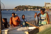Puerto Escondido beach, Oaxaca, Mexico, customers arriving at dawn to buy fresly caught fish from the crews of small fishing boats - Jim West - 2020,2020s,ARRIVAL,arrivals,arrive,arrives,arriving,beach,BEACHES,boat,boats,business,buy,buyer,buyers,buying,catch,COAST,customer,customers,dawn,EBF,Economic,Economy,employee,employees,Employment,FEM
