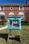 Detroit, Michigan USA, A Little Free Library converted to a free food exchange/distribution because of the coronavirus crisis. The library was placed in front of their home by two ministers, Rev. Vick... - Jim West - 21-03-2020