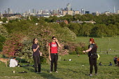 Coronavirus Pandemic. Police officer ordering sunbathers to take exercise or leave the park. Primrose Hill, London, where lockdown rules regarding social distancing, sunbathing and picnicing are not c... - Philip Wolmuth - 07-05-2020