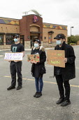 Michigan, USA. Coronavirus pandemic. Workers demanding greater protection, Taco Bell fast food restaurant. They delivered a petition to management demanding: more staff to keep the restaurant clean; d... - Jim West - 08-05-2020