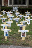 Detroit, Michigan USA. Black Lives Matter Memorial. John Thorn placed 42 crosses on the lawn of his home as a memorial to honor those African Americans who have died at the hands of police during the... - Jim West - 19-06-2020