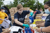Detroit, Michigan USA Volunteers from FCA distributing food, masks, sanitizer and other necessities to 100s of people during the coronavirus pandemic. The corporation is building a new vehicle assembl... - Jim West - 27-06-2020
