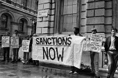 Anti Apartheid protest, Downing Street, London 1985 for sanctions against the South African regime - Peter Arkell - 18-08-1985