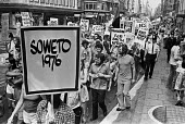 Protest agasinst killings by Soweto police, London 1976 the Soweto uprising in the South African township started when students from numerous Sowetan schools began to protest in response to the introd... - Peter Arkell - 27-06-1976