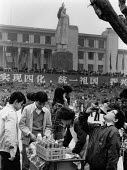 China, 1986. Statue of Mao, soft drink stall, Tianfu Square, Chengdu, Sichuan Province. Marble sculpture of Mao Zedong. The monument stands 30 m tall and depicts Mao with an outstretched arm - Melanie Friend - 18-03-1986