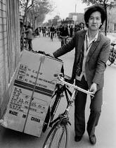 China, 1986. Man carrying a new fridge on a bicycle, Suzhou, Jiangsu. Made in China - Melanie Friend - 23-04-1986