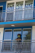 California, USA Rent strike against Mosser Capital. Tenants and supporters demonstrate at an Oakland apartment complex where tenants are mounting a rent strike against Mosser Capital, one of several a... - David Bacon - 09-07-2020