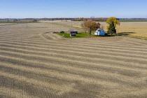 Michigan, USA, Farmhouse sorounded by fields, Thumb region. - Jim West - 28-10-2020