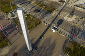 """Detroit, USA. Pylon by Isamu Noguchi, Detroit Civic Center Plaza. 120 feet tall twisted stainless steel monolith in Philip Hart Plaza. Japanese-American sculptor Isamu Noguchi (1904��""""1988) is well kn... - Jim West - 29-11-2020"""