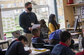Teacher wearing a face mask, class, Lansbury Lawrence Primary School during Covid pandemic lockdown, Poplar, East London. - Jess Hurd - 27-11-2020