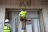 Workers boarding up closed H&M store, Covid lockdown. Bristol. The branch of clothing store H&M has closed permanently - Paul Box - 12-01-2021