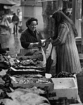 Customer buying fish at a market , Rome, Italy 1973 - Martin Mayer - 20-01-1973
