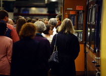 12-12-1999 - A crowd of people board a train in Manchester at rush hour [...] © Paul Herrmann