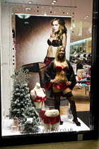 24-12-2007 - Shop assistant dressed in lingerie stands as a mannequin in La Senza shop window, Gracechurch Shopping Centre, Sutton Coldfield. Birmingham. © Jess Hurd