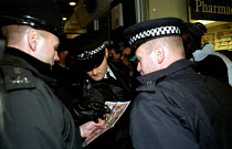 30-11-1999 - Police, another case of mistaken identity as they attempt to photo-fit a protester for disturbancies at July 18th (J18). Euston November 30th (N30). Anti World Trade Organisation (WTO), in solidarity... © Jess Hurd
