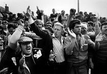 16-04-1984 - Arthur Scargill leading striking miners, Ollerton colliery, 1984 Nottinghamshire, mass picket, Miners Strike 1984, after picket David Gareth Jones died © John Sturrock