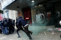 26-03-2011 - Protest against cuts. Smashing the window of Santander Bank. London. © Justin Tallis