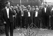 14-08-1972 - Docks strike 1972. Vic Turner, one of the jailed Pentonville 5 dockers and a leading shop steward on the Royal Group of Docks, speaking at a mass metting at the Royals © Martin Mayer