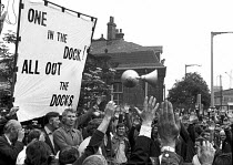 15-06-1972 - Docker Vic Turner awaiting arrest, Vic Turner can be seen under the R of workers in the banner. © Martin Mayer