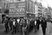23-07-1972 - Docks strike 1972. Fleet Street print workers walk out in support of the demand to free the jailed Pentonville 5 dockers. The national papers do not appear. Many of the printers join the throng at Pen... © NLA