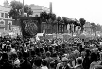 25-07-1972 - By the 4th day after the jailing of the Pentonville 5, crowds outside the jail demanding their release had swelled to many thousands, and the TUC had set the day for a 1-day general strike. Banner of... © Peter Arkell
