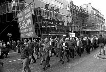 23-07-1972 - Docks Crisis 1972. Fleet Street print workers walk out in support of the demand to free the jailed Pentonville 5 dockers, and make their way to Pentonville jail. The national papers do not appear. In... © Peter Arkell