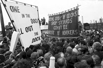 25-07-1972 - Docker Vic Turner awaiting arrest, Vic Turner can be seen under the R of workers in the banner. © Peter Arkell