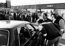 08-02-1988 - Ford workers from the Dagenham plant trying to persuade their fellow workers not to cross their picket line during an official dispute in support of higher pay at the car production company. © Stefano Cagnoni