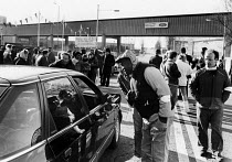 08-02-1988 - Striking Ford workers Dagenham, persuading their fellow workers not to cross their picket line during an official dispute in support of higher pay, 1988 © Stefano Cagnoni