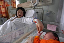 19-06-2007 - Young mother with her new born baby a few hours after its birth, Birmingham Womens Hospital © Timm Sonnenschein