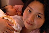 26-06-2007 - Young mother with her new born baby, Birmingham Womens Hospital © Timm Sonnenschein