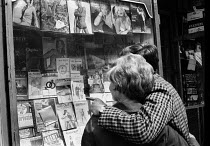 24-06-1968 - Man and his girlfriend looking at pornographic magazines in a shop window, Soho, London, 1968 © Romano Cagnoni