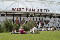 05-08-2016 - Families by the London 2012 Stadium, Queen Elizabeth Olympic Park, Stratford. The stadium is now home to West Ham United football club. © Philip Wolmuth
