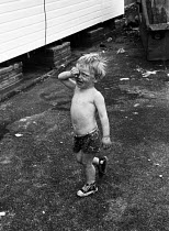 18-08-1969 - Young boy from travellers family London, 1969, crying alone on the site on the outskirts of the city © Thurston Hopkins