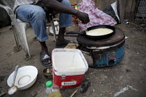 07-09-2016 - Sudanese Refugee makes pancakes in the Calais Jungle camp, France. © Jess Hurd