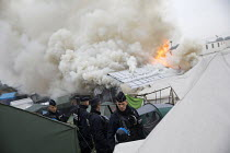 26-10-2016 - Fires rage during the eviction of refugees from The Jungle camp, Calais, France © Jess Hurd