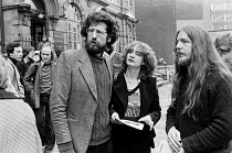 13-06-1979 - Squatters outside court. Piers Corbyn (L), one of the leaders and brother to Jeremy Corbyn, London 1979 © NLA