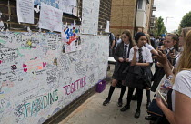 16-06-2017 - Pupils from local school at the Wall of condolence a few hundred metres from the Grenfell Tower fire filled with messages of love and solidarity in memory of the victims of the tragedy, London © Stefano Cagnoni
