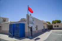 17-08-2017 - Imperial Valley, California, USA Staff from the Comite Civico del Valle hoisting a flag to warn pupils and the local community of daily poor air quality, Brawley High School. The School Flag Air Quali... © David Bacon